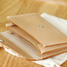 100% Hand-stitched Vegetable Tanned Leather Wallet/ por AnneSoye