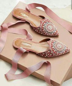 Wedding Shoes Guide: When To Wear Bridal Flats Vs Bridal Heels Pretty Shoes, Beautiful Shoes, Cute Shoes, Me Too Shoes, Shoe Boots, Shoes Sandals, Bridal Sandals, Velvet Shoes, Elegantes Outfit