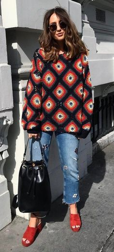 stylish look | printed sweater + rips + bag + red flip flop