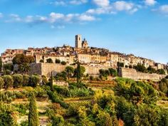 Discover the regal town of St Paul de Vence, that Marc Chagall loved so much. This charming and picturesque village from the Middle Ages has always succeeded in seducing lovers of art and enlightenment.