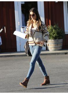 Alessandra Ambrosio    Look de star Hippie chic    Oui il neige à Paris mais nos stars préférées sont mieux lotie à Los Angeles, comme Alessandra Ambrosio qui se contente d'un gilet et de bottines pour un style hippie.