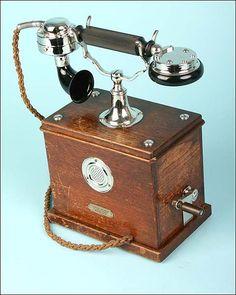 Telephone Vintage, Vintage Phones, Antique Phone, Retro Phone, Old Phone, Record Players, Phonograph, Antique Dolls, Vintage Antiques