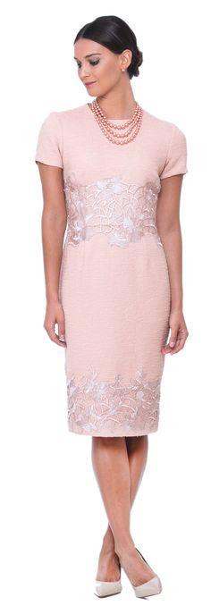 #sofisticacao #vestidochic #rose #pinklook #pinkdress #rosetrend #springtrend Vestido rose em rafia e renda aplicada. Elegante. Chic rosa pink trending tendencia primavera moda vestido para eventos formais  Heckel Verri