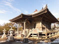 松島 五大堂(重要文化財)  日本三景の1つである景勝地・松島の景観上重要な建物であり、本州海岸に近い小島に建つ。伝承によれば大同2年(807)、坂上田村麻呂が奥州遠征の際に、毘沙門堂を建立したのが始まりとされる。 その後、円仁(慈覚大師)が延福寺(瑞巌寺の前身)を創建した際に仏堂を建立し、大聖不動明王を中央に東方降三世明王、西方大威徳明王、南方軍荼利明王、北方金剛夜叉明王の五大明王像を安置したことにより、五大堂と呼ばれるようになった。 現在の堂は、慶長9年(1604年)、伊達政宗が瑞巌寺の再興に先立って再建した。東北地方最古の桃山建築と言われている。  2016.01.20