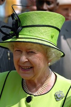 of November 2007 Queen Elizabeth ll wears the Cullinan V diamond which sits at the centre of this brooch, which is one of the Queen's personal favourites. God Save The Queen, Hm The Queen, Her Majesty The Queen, Victoria Secret Show, Queen Victoria, Princess Elizabeth, Queen Elizabeth Ii, Royal Fashion, New York Fashion