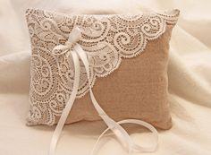 Schönes Ringkissen aus beiger Baumwolle und hochwertiger weisser Spitze. An der Schleife in ivory können die Ringe sicher und schön festgebunden werden. (Ringe werden an den langen Bändel...