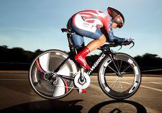 Muskeln und Carbon: die US-amerikanische Radrennfahrerin Evelyn Stevens auf ihrer Zeitfahrmaschine bei der Radweltmeisterschaft in Florenz. (Foto: Bryn Lennon/Getty Images)