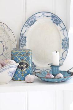 "Beautiful oval ""drape & swag"" patterned serving platter."