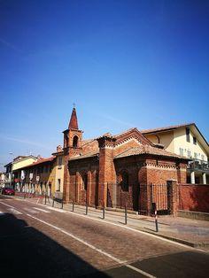 Eccoci appena fuori porta: siamo a Settimo Milanese. Qui avremmo visto passare a fianco della chiesa il nostro mitico Gamba de Legn che guarda caso possiamo ammirare ancora oggi poco più avanti in un piccolo museo a lui dedicato #milanodavedere Milano da Vedere