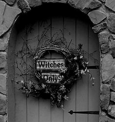 Cool Theme Halloween, Holidays Halloween, Halloween Crafts, Halloween Decorations, Halloween Wreaths, Samhain Halloween, Halloween Magic, Halloween Table, Halloween Signs