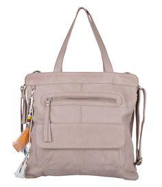 De Bag Banks is een stoere maar vrolijke tas uit de nieuwste collectie van Cowboysbag. De tas is uitgevoerd in leer met zachte finish. Aan de bovenkant sluit de tas met een rits. Draag de tas als schoudertas of als crossbody tas middels het langere hengsel. De binnenkant is ingedeeld in twee vakken en meerdere kleine vakken.