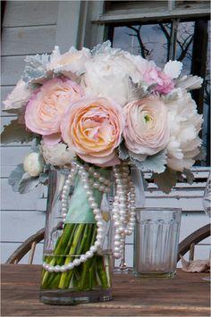 blush and white bouquet @weddingchicks