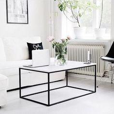 Jag har några bord som finns för snabbare leverans nu då jag har beställt för många. 80*80*45 svart underrede, 100*35*90 svart hallbord, 100*35*90 vitt hallbord, 100*60*45 vitt soffbord med hyllplan.  Bild: @storiesbyme.se  #kasenberg #marble #marmor #soffbord #bord #marmorbord #sidobord