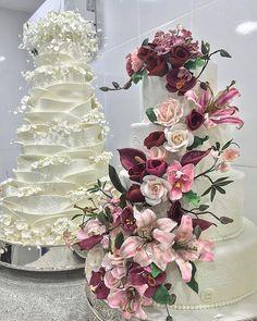Bolo de lascas com flores de açúcar ou todo em cascata de flores de açúcar... qual você escolheria por seu grande dia ??? No CG seu sonho se realiza !!! Encomendas em: contato@casalgarciabolos.com.br