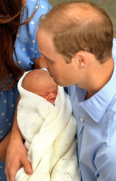 Royal baby introduced to the world, as Kate Middleton, Prince William carry son outside hospital | National Post