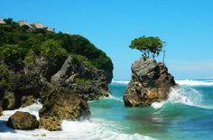Praia de Bingin, na Península de Bukit - Foto: Ticiana Giehl e Marquinhos Pereira/Desempacotados