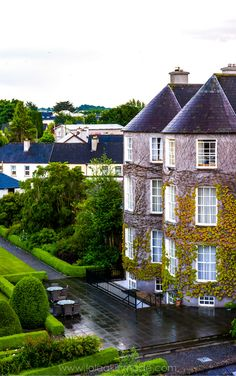 A visual guide to castle-filled Kilkenny, Ireland. Things to do and see, best restaurants and bars, castles worth exploring, and top walking tours. Travel in the United Kingdom. | Geotraveler's Niche Travel Blog#Kilkenny #Ireland