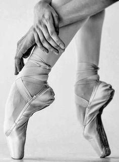 Dancing Poses Drawing Shape 19 Ideas For 2019 Dancers Feet, Ballet Feet, Ballet Dancers, Ballet Pictures, Dance Pictures, Pointe Shoes, Ballet Shoes, Dancer Photography, Dancing Drawings