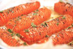 Lækre hasselback gulerødder, hvor gulerødder skæres i skiver som med de kendte hasselback kartofler. Bages derefter i ovnen med timian. Hasselback gulerødder er nemme at lave, og så er de smukke når de serveres. Tips til opskriften Gulerødder Gourmet Recipes, Vegetarian Recipes, Healthy Recipes, Danish Food, Hoisin Sauce, Easy Cooking, Food Print, Food Videos, Bacon