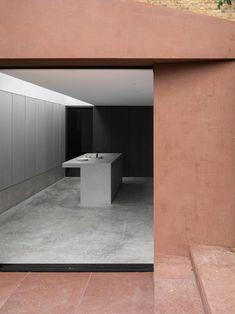 Le studio londonien Al-Jawad Pike a ajouté une nouvelle extension à une maison mitoyenne victorienne dans une zone protégée de Londres. Caractérisée par des tons forts et contrastés, l'extension complète parfaitement la structure principale. « Le projet global exigeait une refonte complète de la maison existante, remplaçant la cuisine du rez-de-chaussée par une nouvelle cuisine lumineuse, le premier étage reconfiguré et l'ajout d'une nouvelle chambre en mezzanine. » L'extension à…