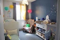 jolie chambre bebe garcon bleu marine avec etoiles sur le mur rideaux gris et pompon jaune et rose