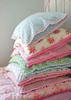 Grandma's pretty pillows - love this idea. Trop chou! Dans une autre vie peut-être...