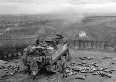 L'obusier automoteur américain M7 Priest (105 mm HMC M7) à la position RIBEAUVILLE sur 9 décembre 1944 American self-propelled howitzer M7 Priest (105 mm HMC M7) at the position in Ribeauville on December 9, 1944