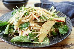 Ein asiatischer Kohlrabi-Apfel-Salat Rezept mit Miso-Dressing. Dazu junger…