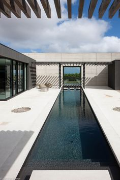 Merricks House by Laloux: Infinity pool reimagined. Shipping Container Swimming Pool, Container Pool, Outdoor Water Features, Pond Water Features, Bungalow, Pergola, Swiming Pool, Pool Fountain, Beautiful Pools