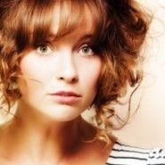 ¿Qué flequillo le va al cabello rizado? image