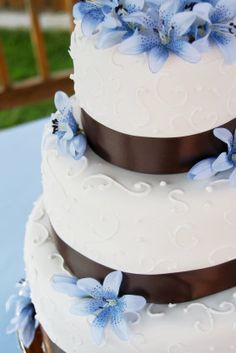 Brown, blue, and white wedding cake