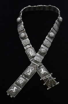 India | Belt in braided silver wire with 15 floral's bands and 6 repousse' panels with lions, parrots and peacocks and a dark glass. | Tamil Nadu, ca. 1900