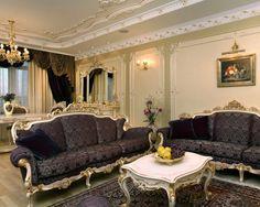 Окно в гостиной декорировано шторами золотистого и шоколадного оттенков с ламбрекеном.