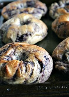 fresh from the oven NY style Blueberry Bagels make a delicious breakfast My family loves bagels. Especially good blueberry bagels. Breakfast Desayunos, Breakfast Recipes, Perfect Breakfast, Art Du Pain, Blueberry Bagel, Blueberry Recipes Savory, Homemade Bagels, Love Food, Ny Style