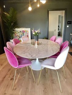 15 Modern Velvet Dining Chairs for the Dining Room - Pink velvet dining chairs w. 15 Modern Velvet Dining Chairs for the Dining Room - Pink velvet dining chairs with white marble table. Love the thin gold legs on these dining chairs! Pink Dining Rooms, Dining Room Chairs, Dining Decor, Patio Dining, Dining Area, Small Dining, Sofa Dining Table, Green Dining Room, Upholstered Dining Chairs