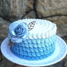 Cake Decorating - How To Make Your Icing Smooth And Even Buttercream Cake Designs, Cake Decorating Frosting, Cake Decorating Designs, Creative Cake Decorating, Cake Decorating Videos, Cake Decorating Techniques, Creative Cakes, Cute Birthday Cakes, Beautiful Birthday Cakes