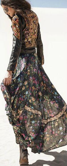 """ボヘミアン調の黒い花柄マキシワンピースと黒いレザージャケット。黒同士なので一見ハードそうに見えますが、春夏トレンド・素材の""""軽さ""""をプラスすれば、とても格好良く仕上がりますよ。重めの色味は、素材を透けるものにするだけでとても印象が変わります。"""