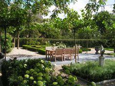De eigenaren van deze boerderijtuin komen - na een dag hard werken - heerlijk tot rust op hun terras, overdekt met dakplatanen. Het terras rust op natuurstenen tegels en kijkt uit op verschillende soorten hortensia's, een productieve fruittuin en een dierenwei. Buxushaagjes met rozenvakken geven deze boerderijtuin structuur. Can Run, Backyard, Patio, Run Around, Outdoor Furniture Sets, Outdoor Decor, Garden Inspiration, Garden Plants, Future House