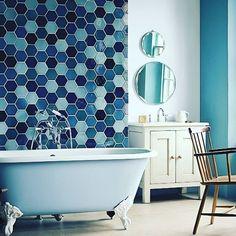 Buon pomeriggio! Bellissimo bagno con tutti i toni del blu! #bathroom #design #vascadabagno #bianco #blu #mare #sea #life #blue #bathroomblue #fashion #style #benessere #bathroomdesign #stilebagno #arredamento #arredobagno #stiledivita #lusso #bathroomlove #arredamento #casa #primavera #colori #primavera