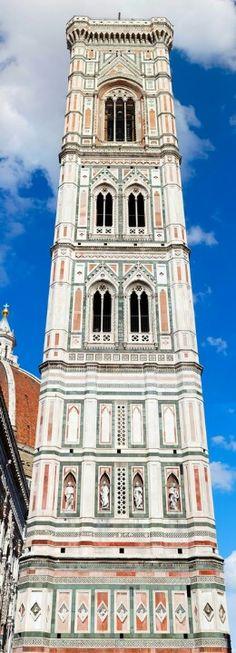 Campanille Giotto De pie junto a la Basílica de Santa Maria del Fiore y el Baptisterio de San Juan , la torre es una de las obras maestras de la florentina arquitectura gótica con su diseño por Giotto , sus ricas decoraciones escultóricas y los policromada incrustaciones de mármol. Florencia Italia.