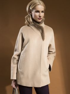 """Классическая куртка силуэта трапеция, выполненная из теплой ворсовой ткани сливочного оттенка. Модель имеет рукав кроя кимоно, карманы врезные листочки и застежку на пришивные кнопки. Особый шик модели придает кант из натуральной норки по воротнику. В этой модели использован инновационный утеплитель Raft Pro Thermo, созданный с использованием запатентованного биополимера от """"DuPont  Sorona"""", обладающий превосходными свойствами сохранения тепла, легкости и простоты эксплуатации. Пальто…"""