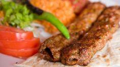 Adana'nın Meşhur Yemekleri    Her ilimizin olduğu gibi Adana'nın da mutfağı oldukça zengindir.Adana yemeklerinde sık kullanılan malzemeler acı, baharat , ekşi, narenciye, deniz ürünleri, zeytinyağı ve yeşilliktir. Ülkemizin en davetkar mutfağı olan Adana'da herşey bir yana et yöresel yemeklerinin vazgeçilmezidir.O halde başlayalım Adana'nın en iştah açıcı, güzide yemeklerine.