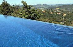Recurso visual da borda infinita amplia a sensação de grandeza das piscinas e valoriza o imóvel.
