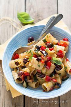 La Pasta all'ortolana è un primo piatto a base verdure fresche, profumate al basilico. Un piatto semplice, vegetariano, tipico della tavola Campana, che la mia mamma prepara da quando ne ho memoria...