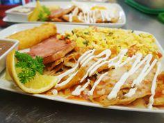 Huevos a la mexicana, chilaquiles, chuleta de puerco ahumada, papa, frijoles y un rico waffle