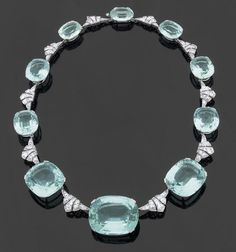 Art Deco collar necklace with diamonds and approx. 280 carats of aquamarines. circa 1925