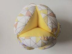 Pelota montessori triangulos amarilla