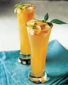Ingredientes:Ginger Ale, frío (refresco)Vino blanco, fríoToronja, el jugoNaranjas, el jugoCucharadas de jugo de limónTaza de néctar de durazno, fríoDuraznos, pelados y cortadosPera, pelada y cortada•AzúcarRamitas de hierbabuena, las hojasBrinda en tres pasos: 1 mezclar todos los ingredientes líquidos. 2 Agregar las frutas y azúcar al gusto. 3 Refrigerar y servir. Para pasos aún más detallados, clickear aquí.