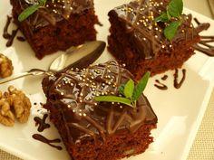 Všechny sypké suroviny nasypeme do větší mísy, ořechy můžeme pomlet nebo nahrubo nasekat. Vše důkladně lžící promícháme. Přidáme zbytek surovin,... Brownies, Food And Drink, Sweets, Beef, Chocolate, Baking, Recipes, Cakes, Kitchen