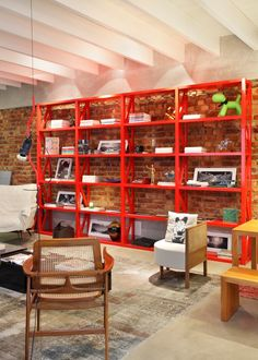 Material and Finish : combination of white ceiling / gray floors / exposed brick walls
